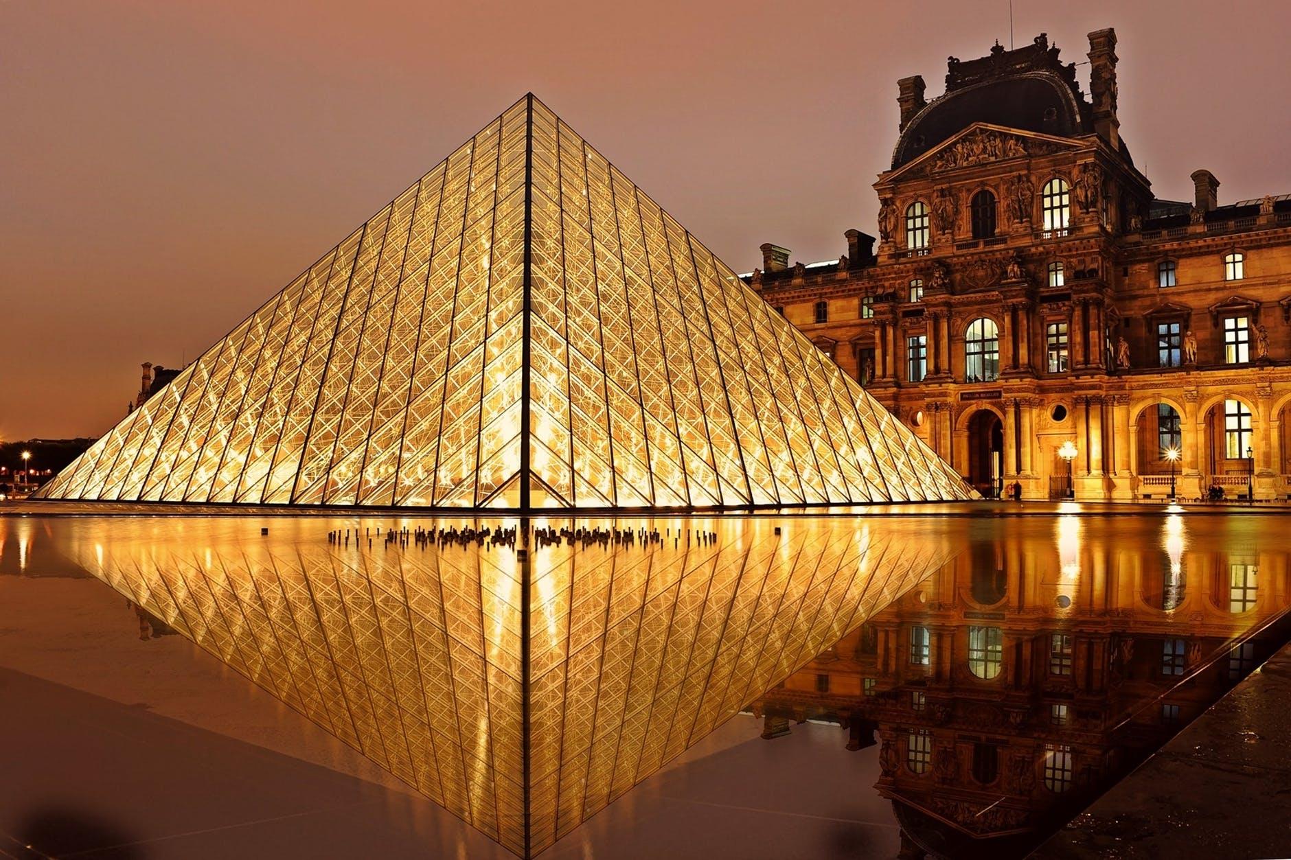 El Museo del Louvre abre su acervo de forma virtual y gratuita.El Louvre pone a disposición para visualización  482.000 obras de arte. La colección completa del museo está disponible para ver online de forma gratuita.